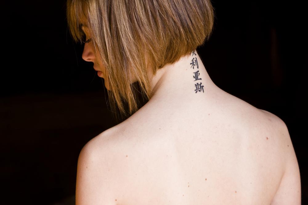 frau tattoo nacken